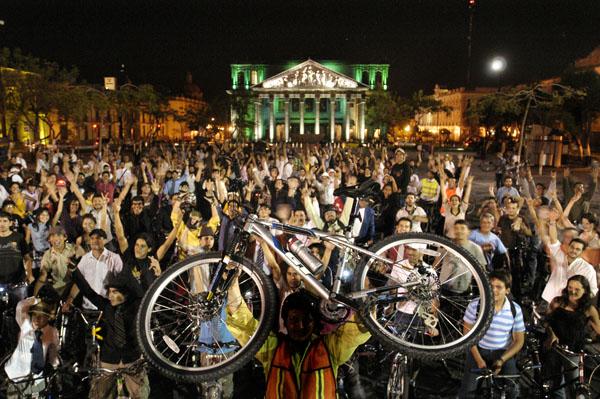 Fotografia en la plaza de la liberacion al final de un Paseo de todos
