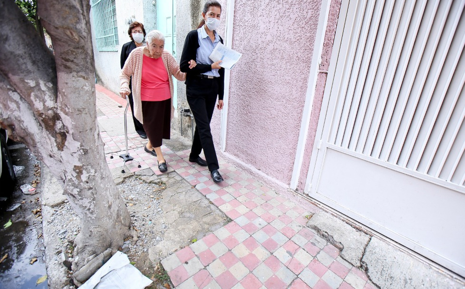 dificil-personas-caminar-calles-llenas.jpeg